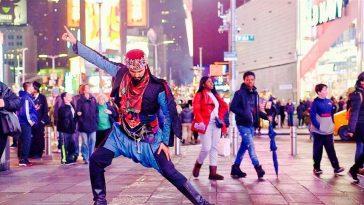 Amerika'da New York Times Meydanında Zeybek Oynayan Adam amerikada new york times meydaninda zeybek oynayan adam