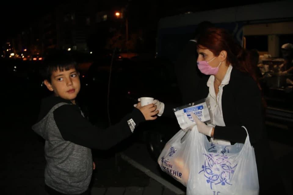 Evlerine giremeyen vatandaşların yardımına Büyükşehir koştu evlerine giremeyen vatandaslarin yardimina buyuksehir kostu 3 njVE94GP
