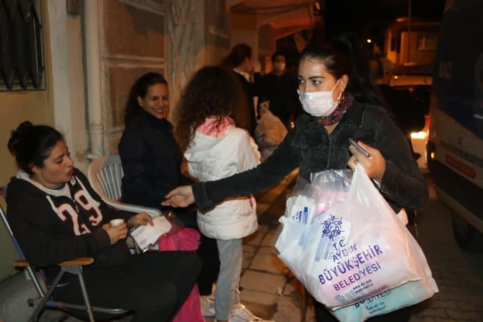 Evlerine giremeyen vatandaşların yardımına Büyükşehir koştu evlerine giremeyen vatandaslarin yardimina buyuksehir kostu 5 7kNaHIdh