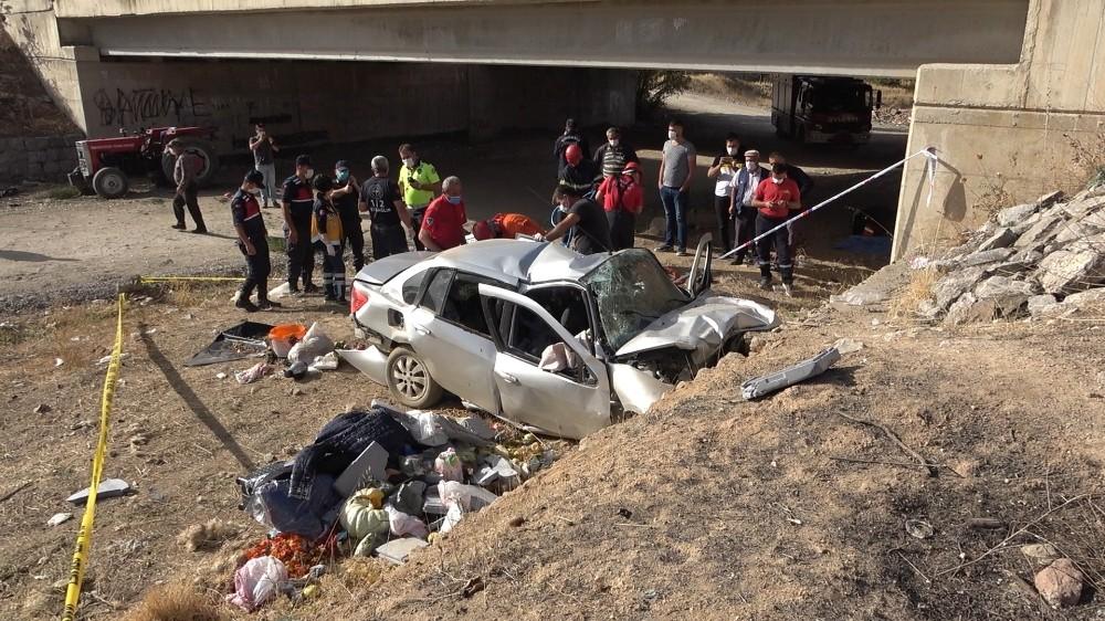 Otomobil köprüden düştü, sürücüsü sıkışarak can verdi otomobil kopruden dustu surucusu sikisarak can verdi 1 csM8813K