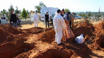 Aydın Efeler'de Mezarlıklar Müdürlüğü görevlileri en yoğun günlerden birini yaşadı aydin efelerde mezarliklar mudurlugu gorevlileri en yogun gunlerden birini yasadi aVqzOARn