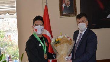 İl Müdürü Fillikçioğlu, milli güreşçi Cengiz'i ödüllendirdi il muduru fillikcioglu milli guresci cengizi odullendirdi sKfCpYNn
