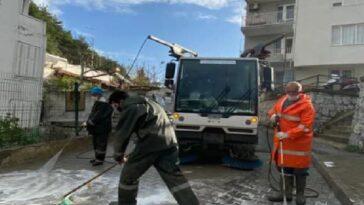 Sokağa çıkma kısıtlamasında Kuşadası sokakları baştan sona köpüklü suyla yıkandı sokaga cikma kisitlamasinda kusadasi sokaklari bastan sona kopuklu suyla yikandi 4dxDIXBx